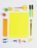 Fuentes de escuela alrededor del papel amarillo Fotos de archivo libres de regalías