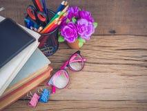 Fuentes de escuela coloridas con los libros Fotos de archivo
