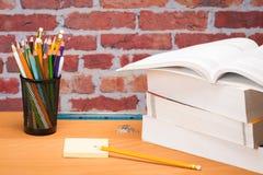 Fuentes de escuela con la nota adhesiva Imagen de archivo