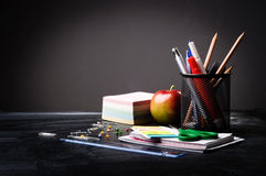 Fuentes de escuela en el fondo de la pizarra Fotos de archivo
