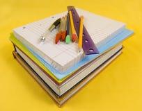 Fuentes de escuela en fondo amarillo fotografía de archivo libre de regalías