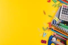 Fuentes de escuela en fondo amarillo Foto de archivo libre de regalías
