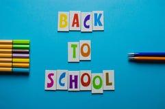 Fuentes de escuela en fondo azul - de nuevo a escuela Foto de archivo