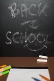 Fuentes de escuela en fondo de la pizarra - de nuevo a escuela Fotografía de archivo