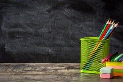Fuentes de escuela en fondo de madera de la tabla y de la pizarra De nuevo a concepto de la escuela Imagenes de archivo