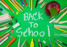 Fuentes de escuela en la pizarra verde de nuevo a fondo de la escuela Foto de archivo libre de regalías