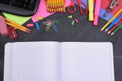 Fuentes de escuela en la pizarra y el cuaderno abierto Imágenes de archivo libres de regalías