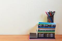 Fuentes de escuela en la tabla foto de archivo libre de regalías
