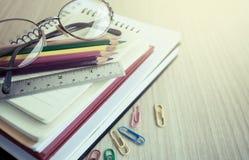 Fuentes de escuela en la tabla de madera Fotografía de archivo