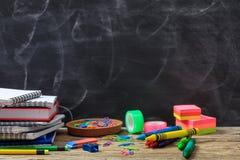 Fuentes de escuela en un escritorio de madera Foto de archivo