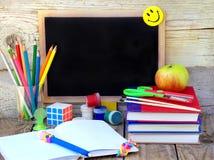 Fuentes de escuela, manzanas, libro Imagen de archivo libre de regalías