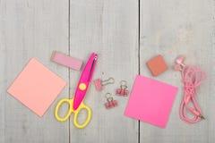 Fuentes de escuela para el rosa de las muchachas - tijeras, etiquetas engomadas, borrador y otros accesorios en la tabla de mader Imagenes de archivo