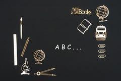 Fuentes de escuela puestas en fondo negro con el ABC del texto Imágenes de archivo libres de regalías