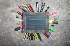 Fuentes de escuela y pizarra vacía imagen de archivo libre de regalías