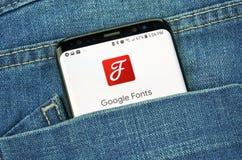 Fuentes de Google en una pantalla del teléfono en un bolsillo fotos de archivo