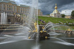 Fuentes de la cascada en el palacio Rusia de Peterhof imagen de archivo libre de regalías