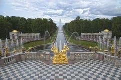 Fuentes de la cascada en Peterhof Fotos de archivo