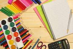 Fuentes de la escuela y de oficina Fondo de la escuela lápices coloreados, pluma, dolores, papel para la escuela y educación del  Imagen de archivo libre de regalías