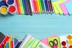 Fuentes de la escuela y de oficina Fondo de la escuela lápices coloreados, pluma, dolores, papel para la escuela y educación del  Foto de archivo libre de regalías