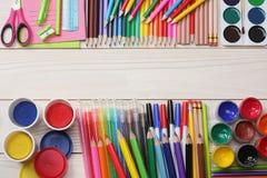 Fuentes de la escuela y de oficina Fondo de la escuela lápices coloreados, pluma, dolores, papel para la escuela y educación del  Fotos de archivo
