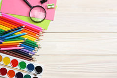 Fuentes de la escuela y de oficina Fondo de la escuela lápices coloreados, pluma, dolores, papel para la escuela y educación del  Fotos de archivo libres de regalías