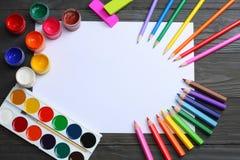 Fuentes de la escuela y de oficina Fondo de la escuela lápices coloreados, pluma, dolores, papel para la escuela y educación del  Imágenes de archivo libres de regalías