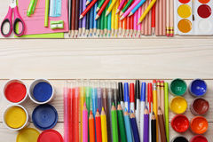 Fuentes de la escuela y de oficina Fondo de la escuela lápices coloreados, pluma, dolores, papel para la escuela y educación del  Fotografía de archivo