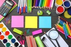 Fuentes de la escuela y de oficina Fondo de la escuela lápices coloreados, pluma, dolores, papel para la escuela y educación del  Foto de archivo