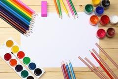 Fuentes de la escuela y de oficina Fondo de la escuela lápices coloreados, pluma, dolores, papel para la escuela y educación del  Fotografía de archivo libre de regalías