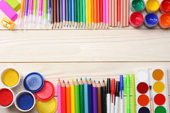 Fuentes de la escuela y de oficina Fondo de la escuela lápices coloreados, pluma, dolores, papel para la escuela y educación del  Imagenes de archivo