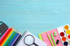 Fuentes de la escuela y de oficina Fondo de la escuela lápices coloreados, pluma, dolores, papel para la escuela y educación del  Imagen de archivo