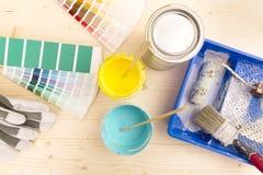 Fuentes de la guía y de la pintura de la paleta de colores, brochas y cuesta fotos de archivo