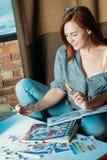 Fuentes de la paleta del pintor de la mujer de la inspiración del artista foto de archivo