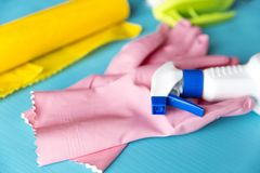 Fuentes de limpieza en una tabla de madera azul Imagen de archivo libre de regalías