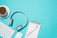 Fuentes de oficina Opinión superior sobre el cuaderno abierto, pluma, auricular y fotos de archivo libres de regalías