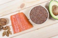Fuentes de Omega 3 ácidos grasos: linazas, aguacate, salmones y nueces Imagen de archivo