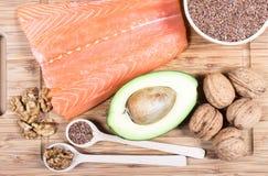 Fuentes de Omega 3 ácidos grasos: linazas, aguacate, salmones y nueces Fotos de archivo libres de regalías