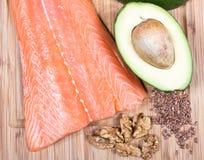 Fuentes de Omega 3 ácidos grasos: linazas, aguacate, salmones y nueces Fotografía de archivo