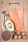 Fuentes de Omega 3 ácidos grasos: linazas, aguacate, salmones y nueces Imagenes de archivo