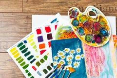 Fuentes del arte para el arte de la escuela, colores que se mezclan, paleta y cepillos Imágenes de archivo libres de regalías