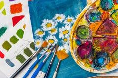 Fuentes del arte para el arte, los colores, la paleta y los cepillos de la escuela Fotos de archivo