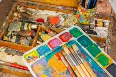 Fuentes del arte y cepillos del arte de la pintura Fotos de archivo