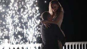 Fuentes del fuego artificial en el final de la boda La gente tiene la diversión, la danza y abrazo junta almacen de video
