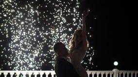 Fuentes del fuego artificial en el final de la boda La gente tiene la diversi?n, la danza y abrazo junta almacen de video