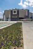 Fuentes delante del palacio nacional de la cultura en Sofía, Bulgaria fotos de archivo