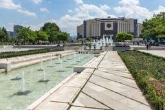 Fuentes delante del palacio nacional de la cultura en Sofía, Bulgaria imágenes de archivo libres de regalías