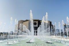 Fuentes delante del palacio nacional de la cultura, Sofía, Bulgaria fotos de archivo libres de regalías