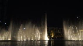 Fuentes Dubai del canto 2017 Demostración de la noche almacen de metraje de vídeo