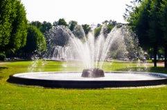 Fuentes en parque en St Petersburg Fotos de archivo