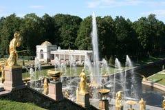 Fuentes magníficas de la cascada del palacio de Peterhof Foto de archivo libre de regalías